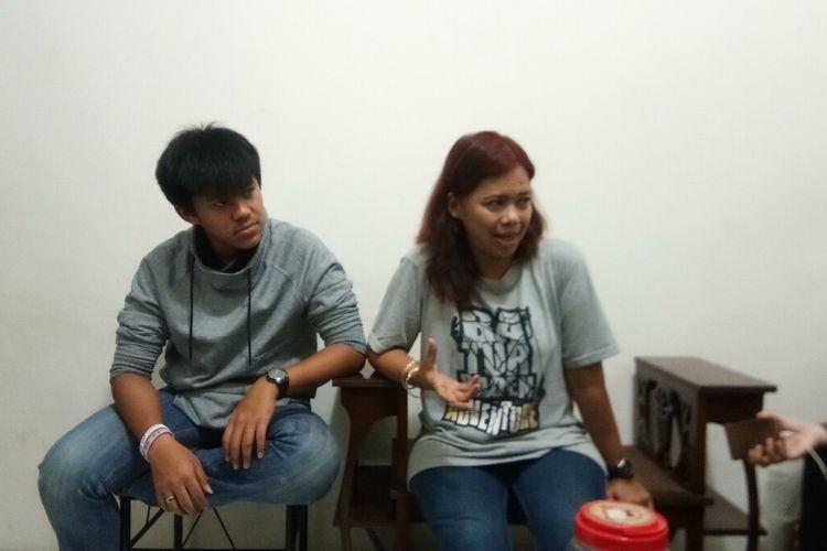 Almer Belmiro Putrawan (kiri) ditemani sang ibu menceritakan pengalamannya selama menjalani observasi corona di Natuna, saat ditemui di kediamannya di Jalan Abimanyu, Kelurahan Bantarjati, Kecamatan Bogor Utara, Kota Bogor, Minggu (16/2/2020).