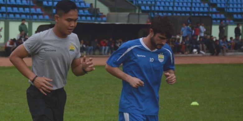 Gelandang Persib Bandung Robertino Pugliara saat menjalani latihan terpisah di Stadion Siliwangi, Jalan Lombok, Kota Bandung, Selasa (7/6/2016).