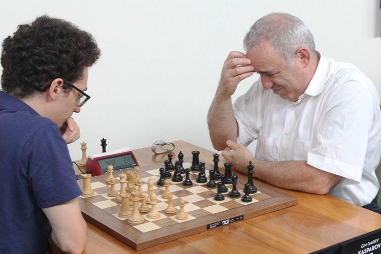 GM Garry Kasparov berpikir keras saat menghadapi GM Fabiano Caruana di hari terakhir Grand Chess Tour yang digelar di Klub Ilmiah dan Catur di St. Louis, AS pada 18 Agustus 2017.