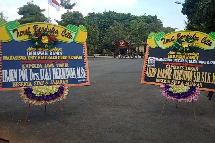 Karangan bunga belasungkawa dari Kapolda Jawa Timur dan Kapolres Tuban yang kemudian dikembalikan oleh massa AMM Tuban sebagai bentuk protes pada Sabtu (28/9/2019) lalu.
