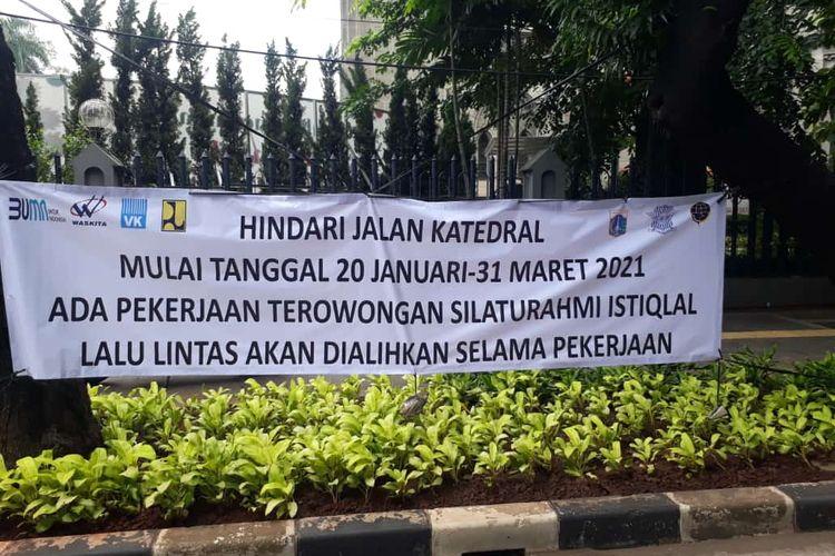 Spanduk informasi terkait rencana pembangunan terowongan silaturahmi Masjid Istiqlal-Gereja Katedral terpasang di Jalan Katedral, Jakarta Pusat, Senin (18/1/2021).