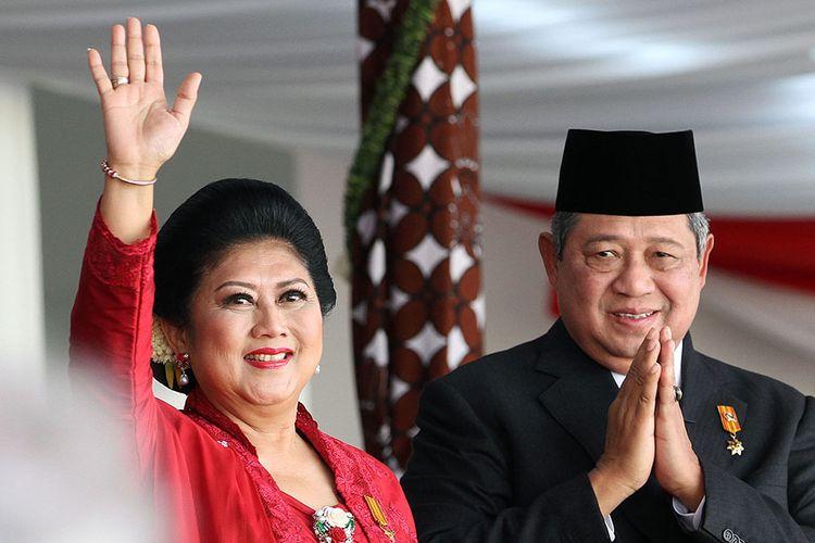Susilo Bambang Yudhoyono (SBY) bersama istri, Ani Yudhoyono, melambaikan tangan usai melakukan Upacara Peringatan Detik-detik Proklamasi di Istana Merdeka, Jakarta, Sabtu (17/8/2014). Bagi Presiden SBY dan Wapres Boediono upacara kemerdekaan ini adalah yang terakhir dalam masa jabatannya.