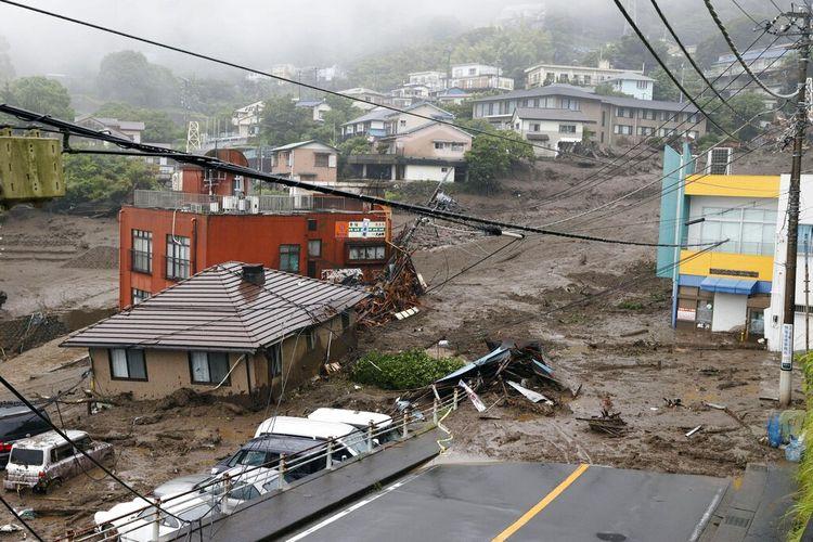 Foto ini menunjukkan bangunan yang rusak akibat tanah longsor di distrik Izusan di Atami, barat Tokyo, Jepang pada Sabtu (3/7/2021), menyusul hujan lebat di daerah tersebut.