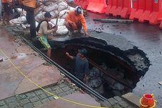 Ada Lubang 2 Meter Menganga di Depan Mapolda Metro Jaya