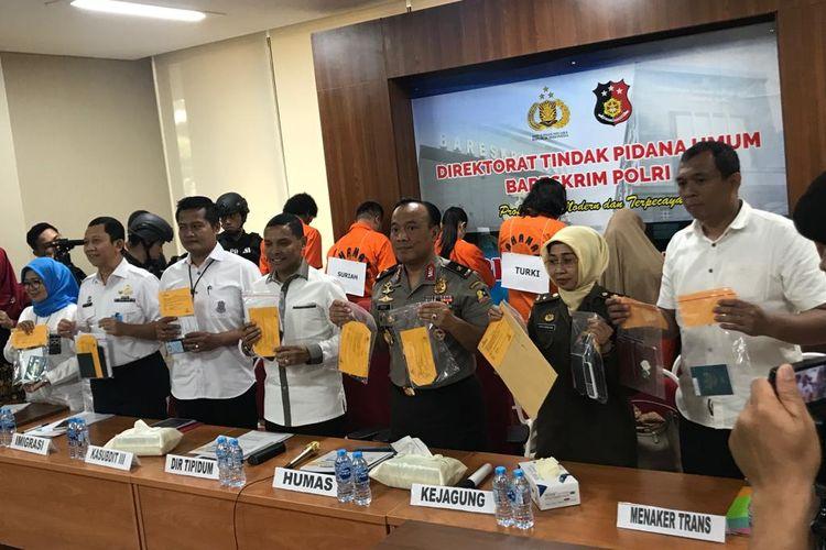 Direktur Tipidum Bareskrim Mabes Polri Brigjen Pol Herry Rudolf Nahak saat konferensi pers di Gedung Bareskrim Mabes Polri, Jakarta Selatan, Selasa (9/4/2019).