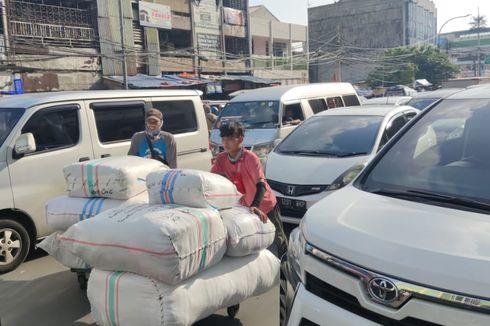 Pasar Tanah Abang Ramai Jelang Ramadhan, Para Porter Kecipratan Berkah