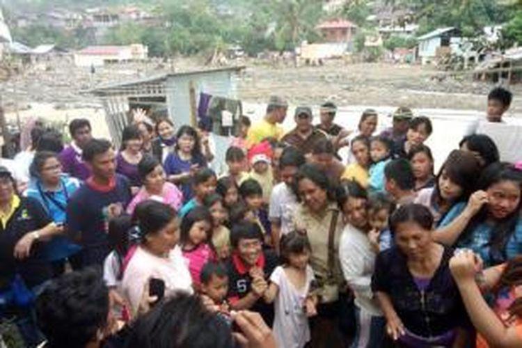 Seto Mulyadi mengunjungi anak-anak di pengungsian banjir Manado.