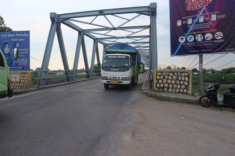 Jembatan Ploso di Kabupaten Jombang, Jawa Timur. Mulai Kamis (6/5/2021), kendaraan dengan beban diatas 30 ton dilarang melintas.