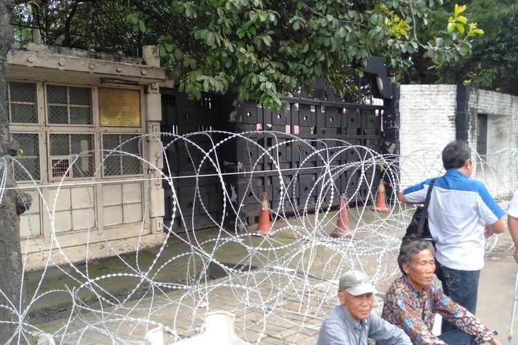 kawat duri terpasang di depan gedung Kedubes India, Jalan Rasuna Said, Kuningan, Jakarta Selatan, Jumat (6/3/2020)