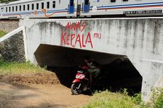 Saat Warga Gotong Royong Gali Terowongan Bawah Rel Kereta yang Tertimbun Tanah