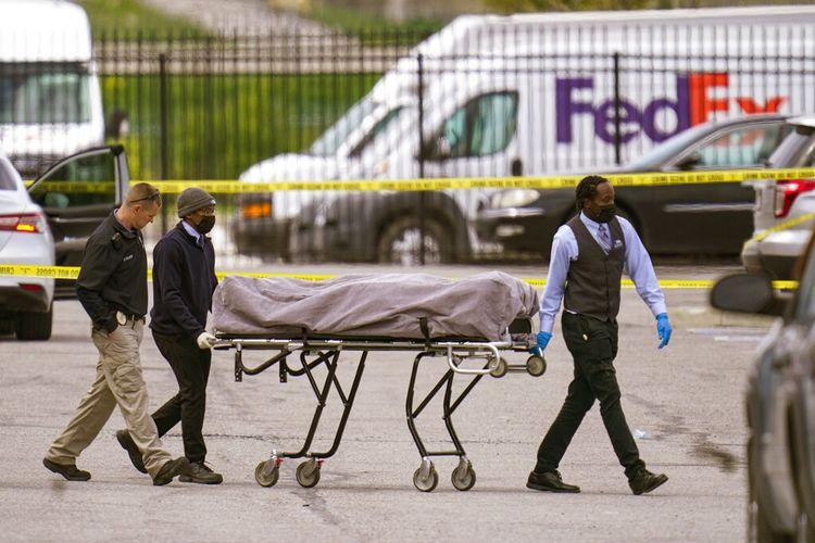 Jenazah diambil dari tempat kejadian di mana beberapa orang ditembak di fasilitas FedEx Ground di Indianapolis, Jumat, 16 April 2021.