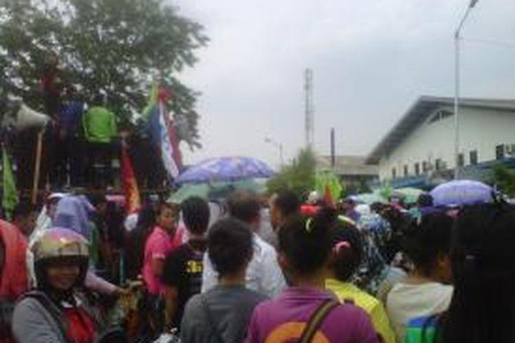 Sekitar 50.000 buruh melakukan aksi sweeping di KBN Cakung Cilincing, Jakarta Utara yang menyebablan lumpuhnya produksi di 100 perusahaan yang berada di KBN Cakung Cilincing