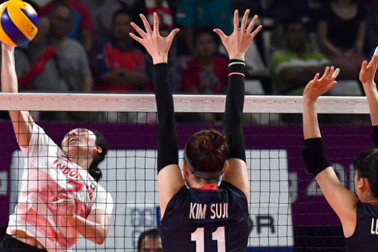 Aksi spiker Indonesia, Amalia Fajrina Nabila, di pertandingan Asian Games 2018 cabang bola voli putri melawan Korea Selatan, Rabu (29/8/2018).
