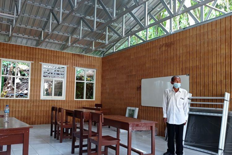 SDN 4 Taman Sari, Lombok Barat, merupakan sekolah percontohan yang dibangun menggunakan bahan bata plastik daur ulang dan diklaim tahan gempa