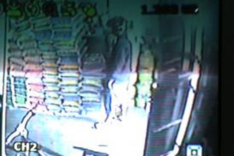 Erwin Nasrun Haddade, pegawai Kelurahan Kampung Baru, Kelurahan Bacukiki Barat, Kota Parepare, Sulawesi Selatan, tertangkap tangan oleh warga saat mencuri beras di sebuah toko beras di Jalan Sazilia, Kelurahan Kampung Pisang, Kecamatan Soreang, Kota Parepare, Jumat (8/11/2013).