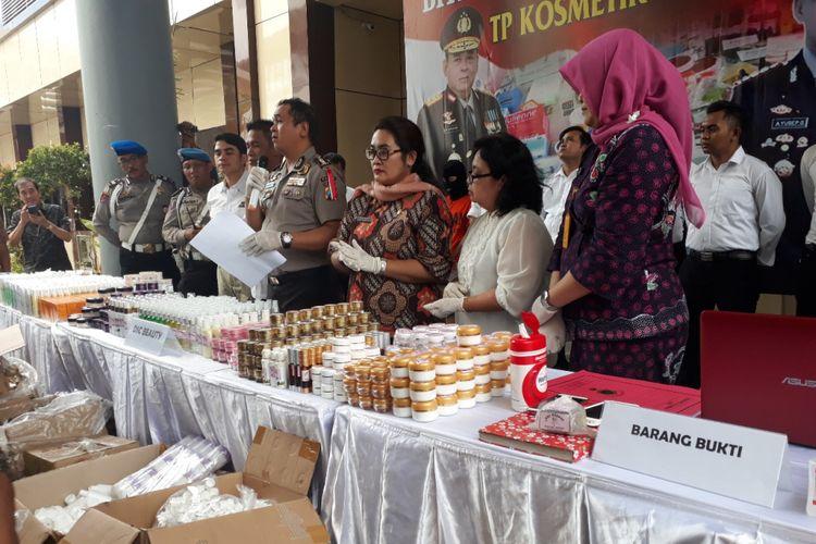 Barang bukti produk kosmetik ilegal diamankan di Mapolda Jatim, Selasa (4/12/2018)