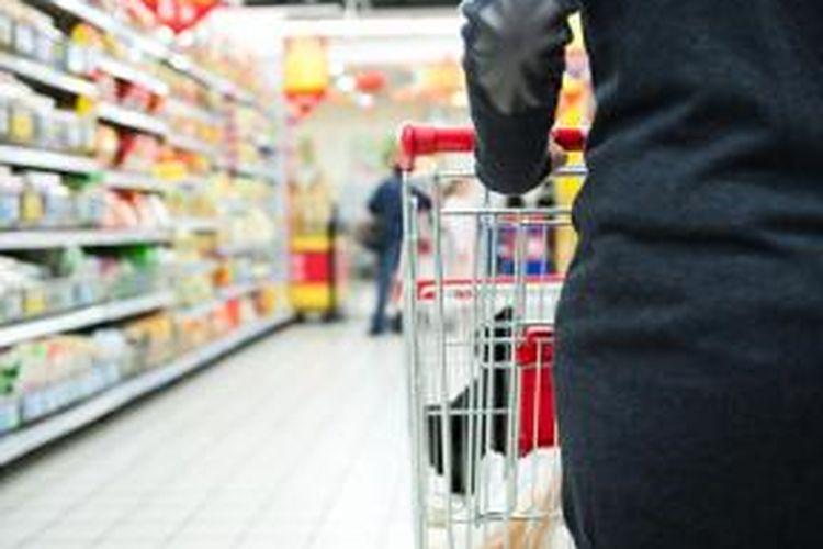 Ada sebagian konsumen yang masih berkunjung ke toko untuk berbelanja.