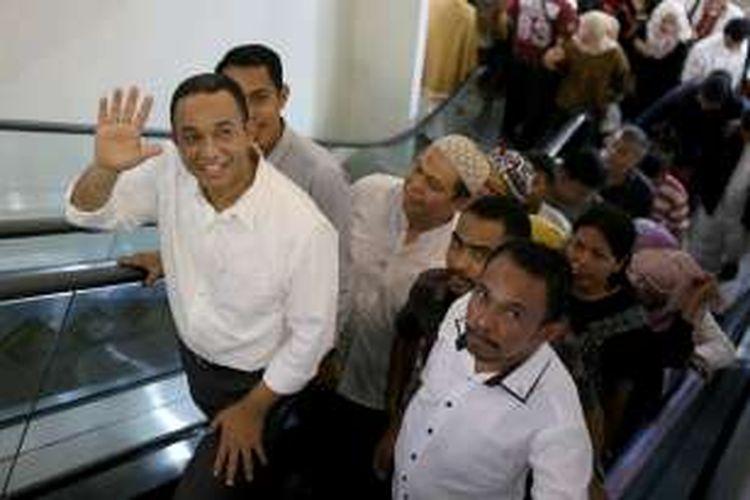 Bakal calon gubernur DKI Jakarta Anies Baswedan saat berkunjung ke Pasar Tanah Abang Blok A, F dan G di Jakarta Pusat, Jumat (21/10/2016). Kedatangan Anies Baswedan dalam rangka berdiskusi dengan para penjual seputar pasar tanah abang untuk permasalahan yang ada di Jakarta.