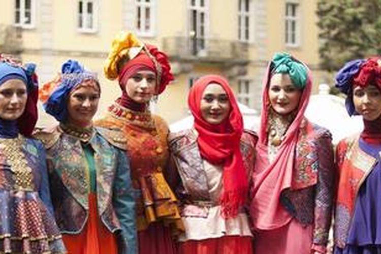 Dian Pelangi saat fashion show di kastil Buckerburg, Jerman.