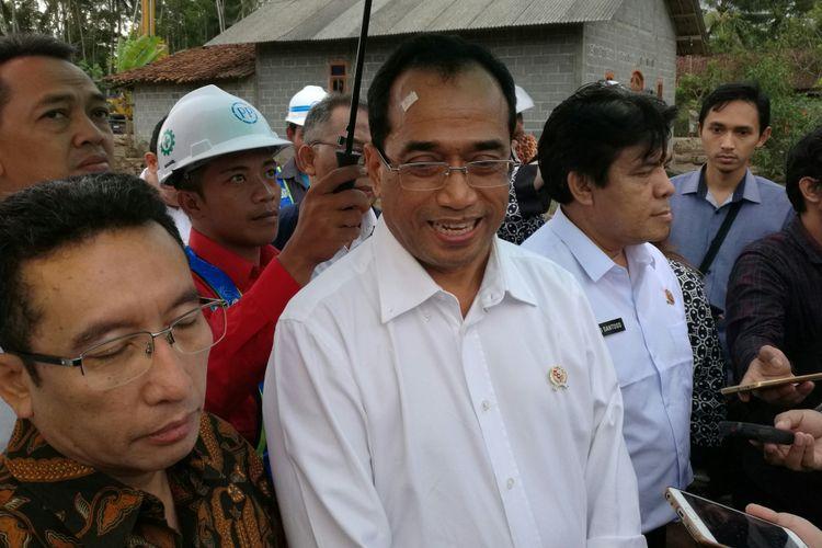 Menteri Perhubungan Budi Karya Sumadi saat meninjau proyek Bandara Kulon Progo, Yogyakarta, Minggu (9/10/2017)