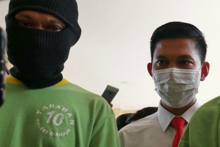 Kasatreskrim Polres Cianjur, Jawa Barat, saat menanyai EY (48), suami yang diduga menjajakan istrinya sebagai pekerja seks