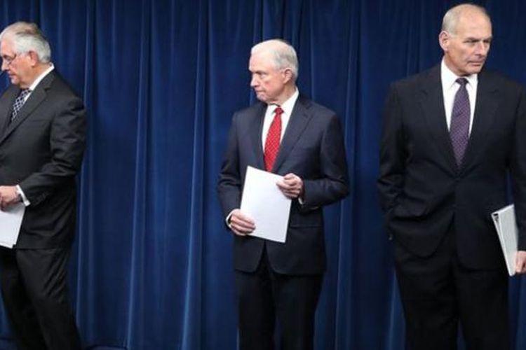 Menteri Luar Negeri Rex Tillerson (kiri), Jaksa Agung Jeff Sessions (tengah), dan Menteri Keamanan Dalam Negeri John Kelly (kanan) saat konferensi pers tentang perintah eksekutif baru.