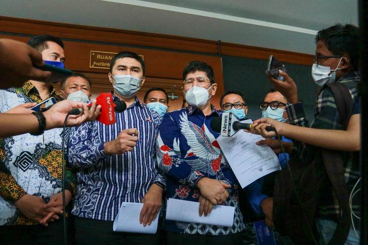 Kepala Badan Komunikasi Strategis DPP Partai Demokrat Herzaky Mahendra Putra dan Kuasa Hukum Partai Demokrat Mehbob di Pengadilan Negeri Jakarta Pusat, Selasa (20/4/2021).