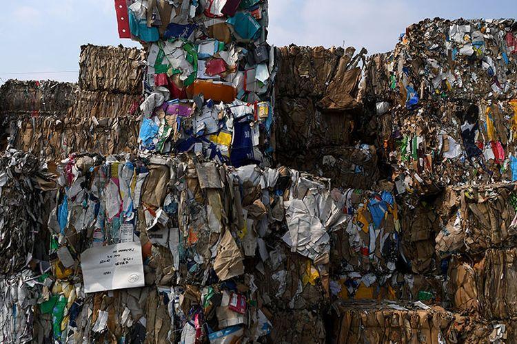 Tumpukan sampah kertas yang diimpor oleh sebuah perusahaan pabrik kertas sebagai bahan baku kertas di Mojokerto, Jawa Timur, Rabu (19/6/2019). Berdasarkan data Lembaga Kajian Ekologi dan Konservasi Lahan Basah Ecoton, masuknya sampah dengan merk dan lokasi jual di luar Indonesia, diduga akibat kebijakan China menghentikan impor sampah plastik dari sejumlah negara di Uni Eropa dan Amerika yang mengakibatkan sampah plastik beralih tujuan ke negara-negara di ASEAN.