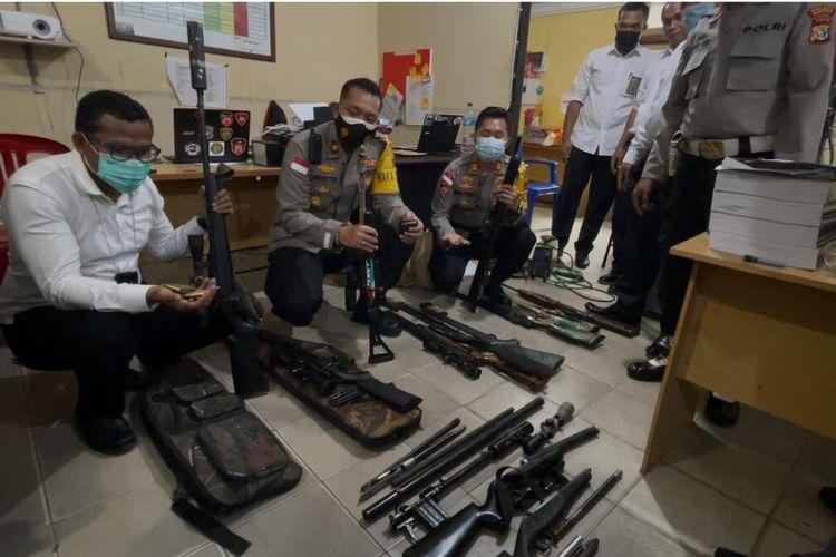 Polisi menunjukan barang bukti senjata api ilegal yang diamankan di Merauke, Papua, Selasa (2/3/2021)