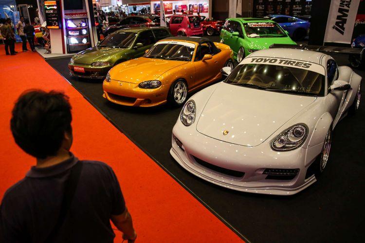 Sejumlah pengunjung saat acara pameran otomotif Indonesia International Motor Show (IIMS) 2018 di JI Expo Kemayoran, Jakarta, Kamis (26/4/2018). Pameran yang akan berlangsung hingga 29 April 2018 itu diikuti pelaku industri otomotif Tanah Air dengan menampilkan produk unggulan.