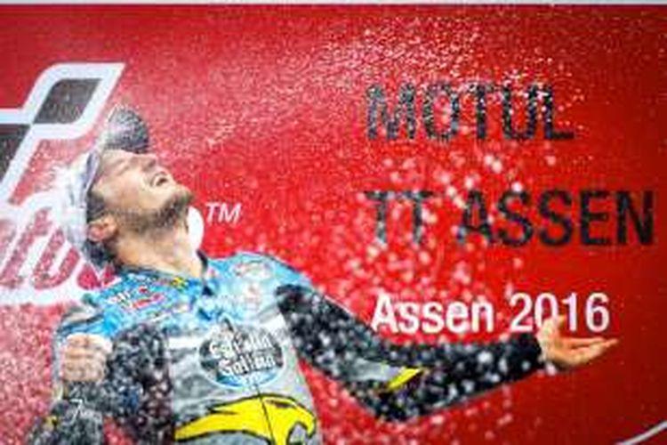 Pebalap Marc VDS asal Australia, Jack Miller, merayakan kemenangan di atas podium Sirkuit Assen setelah finis di urutan pertama pada GP Belanda, Minggu (26/6/2016).