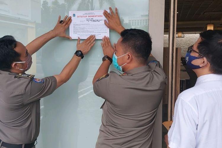 Satpol PP Jakarta Barat menyegel satu buah tempat makan di Jalan Taman Aries Utama Raya, Kembangan selama 1x24 jam pada Kamis (7/1/2021).