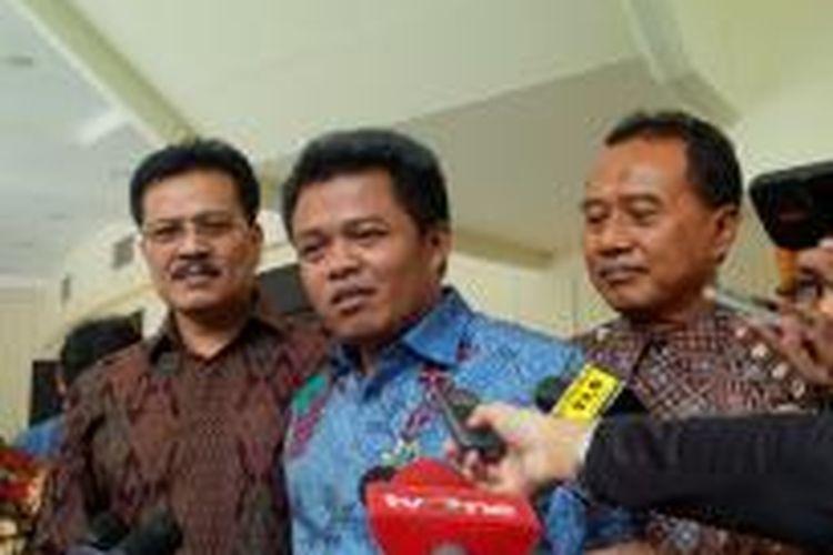Ketua Komisi Pengawasan Persaingan Usaha Syarkawi Rauf (tengah)