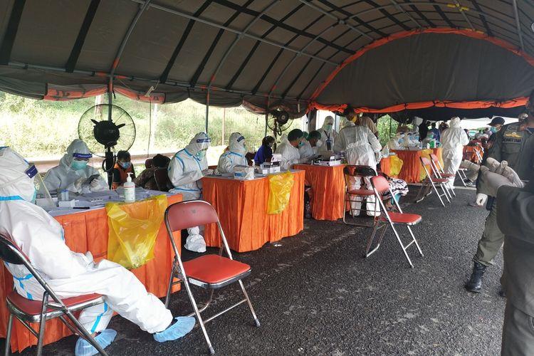 Petugas Gabungan Saat Melakukan Tugas di Pos penyekatan Jembatan Suramadu sisi Bangkalan Madura, Kamis (17/6/2021).