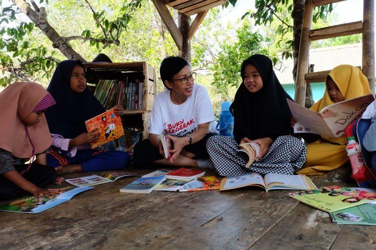 Global Communication APP Sinar Mas, Lia Maryani menemani anak-anak membaca di TBM Saung Huma