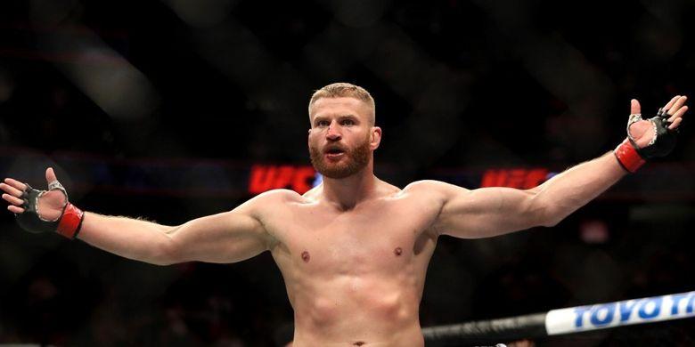 Jan Blachowicz dari Polandia mengawasi setelah mengalahkan Luke Rockhold dari Amerika Serikat oleh TKO dalam pertarungan UFC 239 Light Heavyweight mereka di T-Mobile Arena pada 6 Juli 2019 di Las Vegas, N