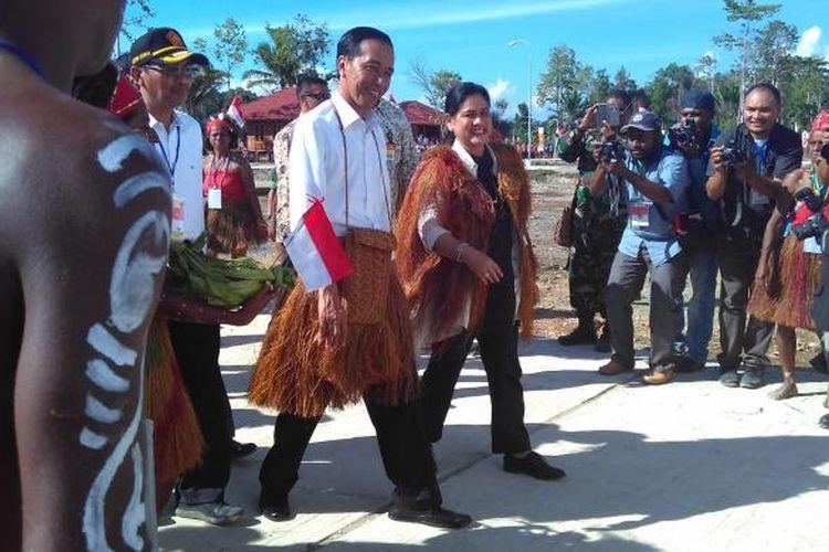 Presiden Joko Widodo didampingi istrinya, Iriana Widodo, menyambangi pabrik sagu terbesar di Papua, Jumat (1/1/2016).