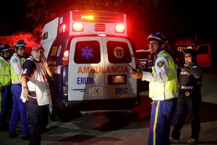 Anggota Palang Merah dan Polisi melakukan penyelamatan dalam insiden runtuhnya proyek gedung parkir di Mexico City, Senin (10/4/2017).