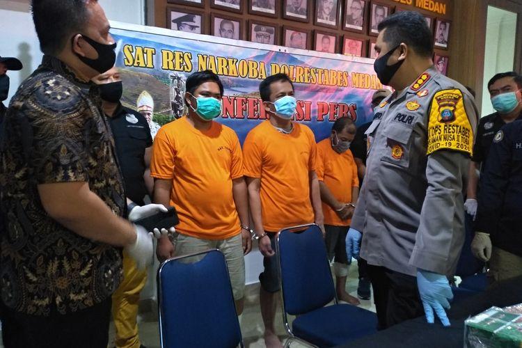 IB dan KS diinterogasi Kapolrestabes Medan, Kombes Pol Riko Sunarko. KS mengaku kesulitan untuk menjual 460 gram sabu karena banyaknya saingan hingga butuh waktu berbulan-bulan. Berbeda dengan TZ yang bisa menjual 10 kg sabu dalam seminggu.