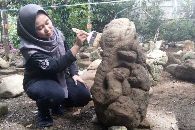Puluhan diduga artefak batu berbentuk patung Ganesha atau gajah duduk dan manusia kerdil ditemukan warga di Kampung Tegal Munding Desa Linggawangi Kecamatan Leuwisari Kabupaten Tasikmalaya, Selasa (11/2/2020).