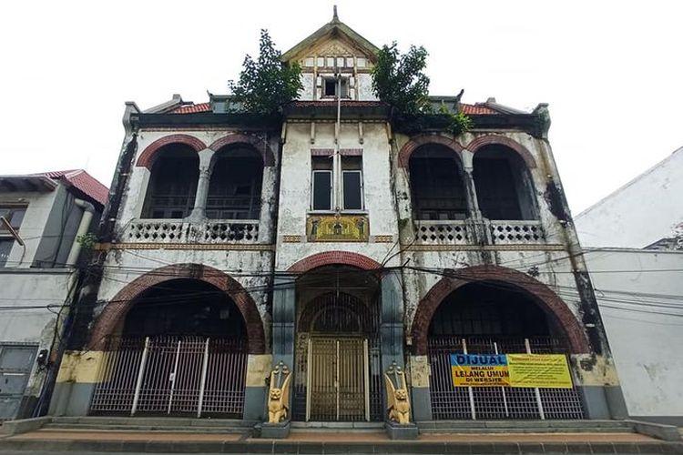 Gedung Algemene atau yang akrab dijuluki 'Gedung Singa' di jantung kota tua Surabaya. Arsiteknya, Hendrik Petrus Berlage, Bapak Arsitektur Modern di Belanda.
