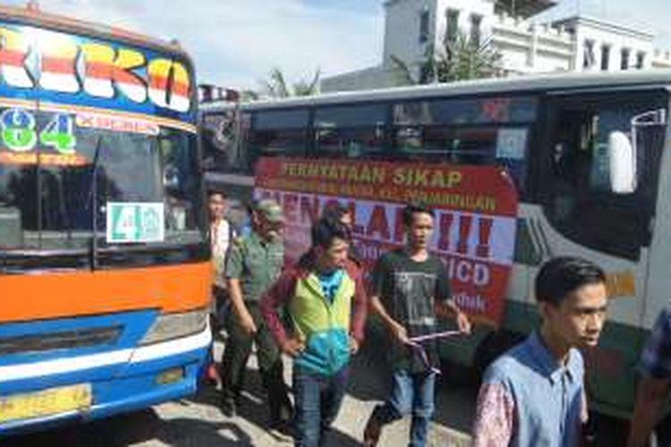 Selasa (3/5/2016), ratusan warga Luar Batang, Penjaringan, Jakarta Utara mempersiapkan diri melakukan aksi massa di depan Balai Kota dan KPK