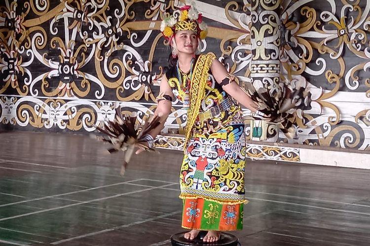 Venny Floranssia asal Desa Lekaq Kidau, Kecamatan Sebulu, Kabupaten Kutai Kertanegara, Kaltim saat memperagakan tarian kancet ledo di lamin Desa Lekaq Kidau, Sabtu (7/11/2020).