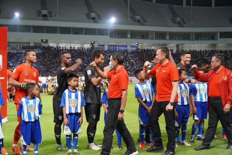 Menpora RI Zainudin Amali memberi salam siku kepada pemain Kalteng Putra.