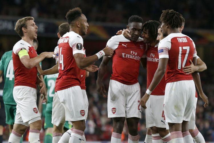 Penyerang Arsenal, Danny Welbeck (tengah), merayakan golnya dalam laga Grup E Liga Europa kontra Vorskla di Stadion Emirates, London, Inggris pada 20 September 2018.