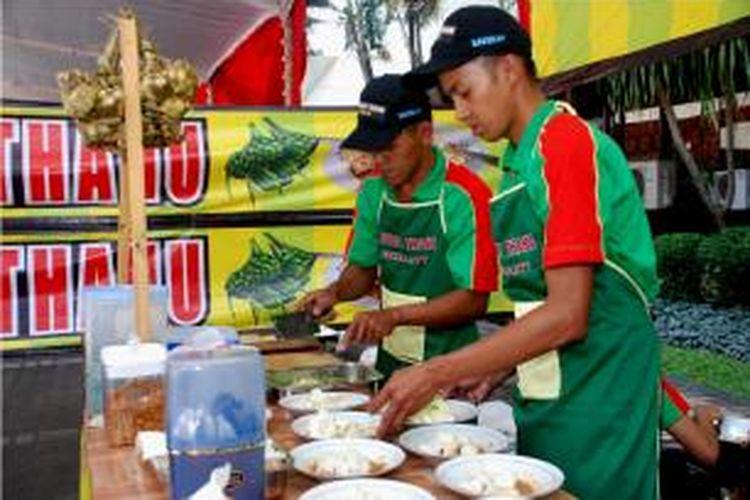 Stand kuliner kupat tahu di Festival Jamu dan Kuliner Internasional 2013, yang digelar di Kantor Gubernuran Jl Pahlawan Semarang Jawa Tengah pada 13-15 September 2013 lalu.