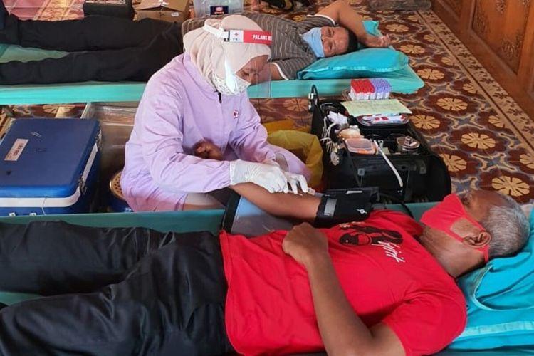 Warga sedang mendonorkan darahnya untuk memenuhu kebutuhan darah PMI Solo di rumah dinas Wali Kota Solo, Loji Gandrung di Jalan Slamet Riyadi Solo, Jawa Tengah, Minggu (10/5/2020).