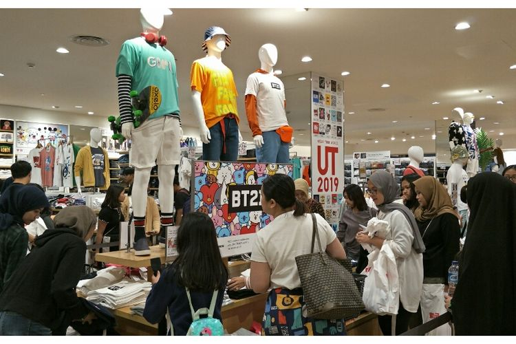 Antusias masyarakat beli kaus BT21 di Pondok Indah Mall, Jakarta Selatan, Jumat (21/6/2019).