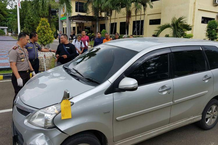 Kapolres Subang AKBP M Joni tengah memeriksa kendaraan yang digunakan pelaku TSO (59) untuk membuang jasad istrinya Nita Jong (56) ke wilayah perkebunan Karet di Subang.