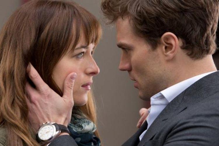 Dakota Johnson (kiri) dan Jamie Dornan dalam salah satu adegan film Fifty Shades of Grey.